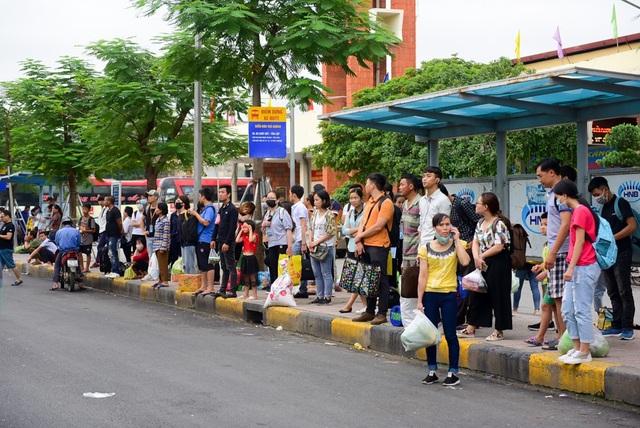 Người dân chật vật đi vào nội thành Hà Nội sau nghỉ lễ - 11