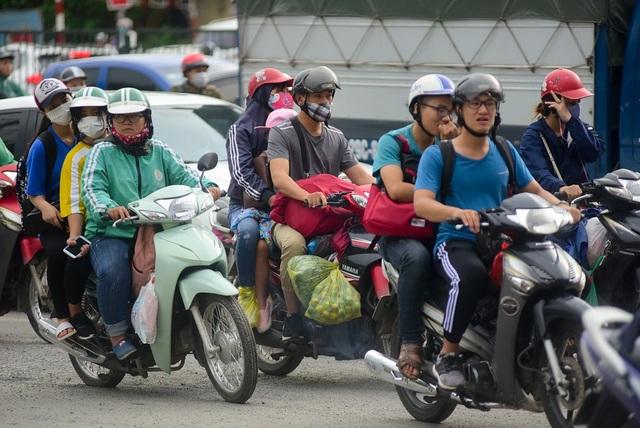 Lượng xe máy đi qua đoạn trước cổng bến xe Nước Ngầm tăng đột biến.