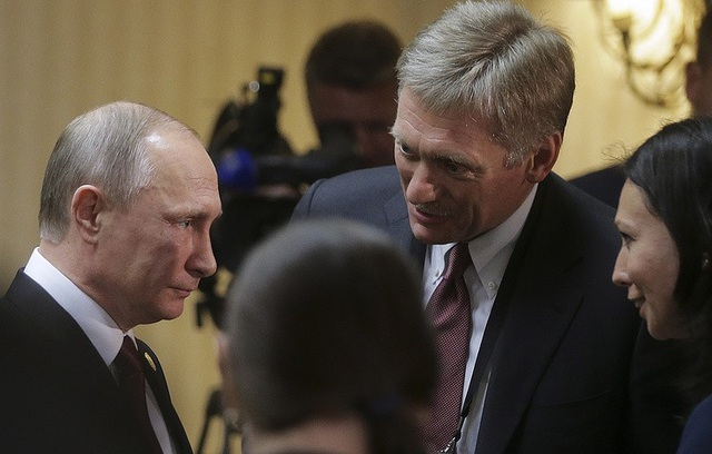 Ông Dmitry Peskov (bên phải) và Tổng thống Nga Vladimir Putin (Ảnh: Tass)