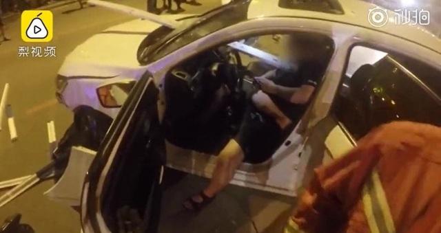 Tài xế mải dùng điện thoại sau vụ tai nạn