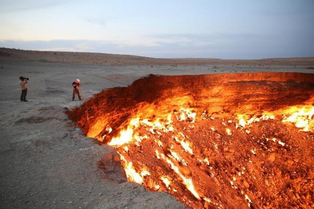 Hố Darvaza, thường được gọi là cổng địa ngục, ngày nay vẫn còn rực cháy,