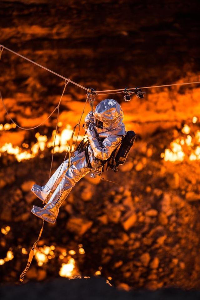 Vào tháng 11/2013, nhà thám hiểm George Kourounis là người đầu tiên thâm nhập hố Darvaza