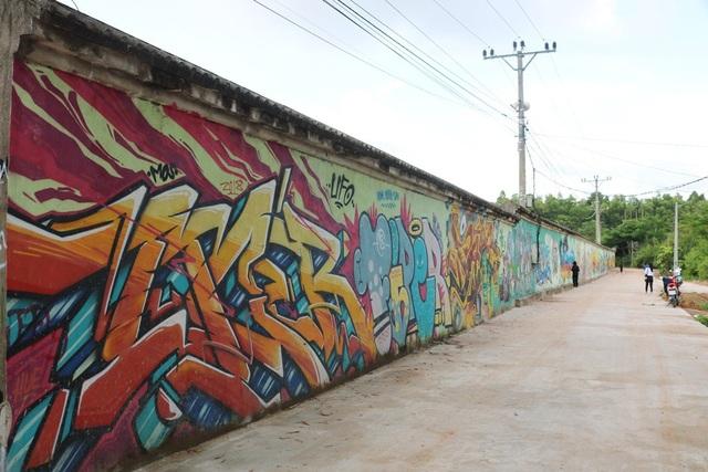 """""""Con đường bích họa"""" dài gần 1km, với nhiều mảng tường được vẽ nghệ thuật."""
