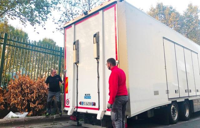 Chiều ngày 29/9, chiếc xe tải mang theo 2 mẫu xe VinFast di chuyển vào sân khu triển lãm.