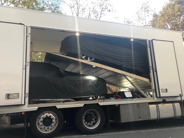 Hai chiếc xe được bọc kĩ, bảo vệ cẩn thận trong thùng xe tải
