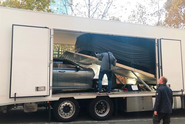 Mẫu xe Sedan được dỡ bạt để tài xế di chuyển vào gian hàng