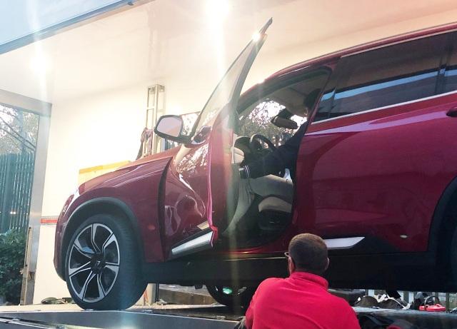 Mấy phút sau, chiếc SUV màu đỏ được dỡ ra