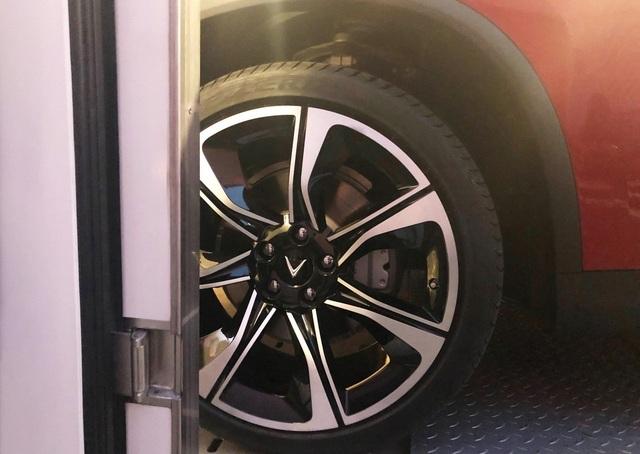 Logo VinFast ở bánh xe
