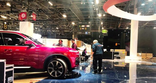 Chiếc SUV VinFast bắt đầu lăn bánh tới gian hàng của VinFast tại Paris Motor Show 2018