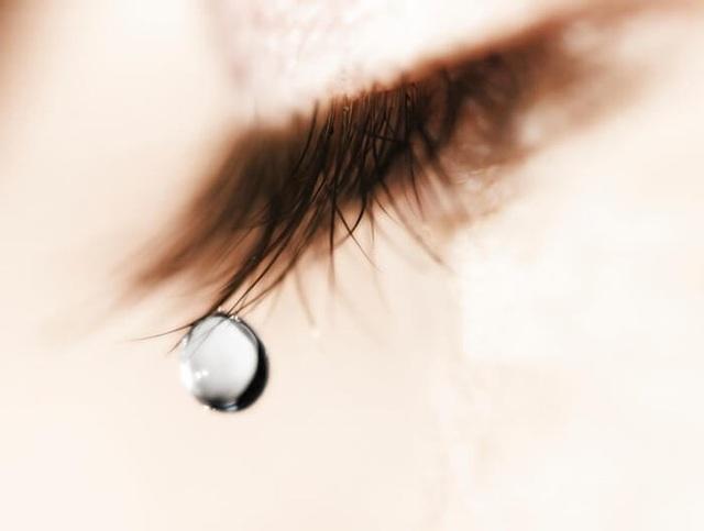 Ủy mị và khóc lóc: Không phải lúc nào bạn cũng nên mang nước mắt ra để đe dọa chàng. Đàn ông rất cần bạn gái mình tự lập và mạnh mẽ, vì thế đừng sướt mướt nữa, lau nước mắt đi. Anh ấy yêu bạn vì bạn là chính mình chứ không phải là ai khác.