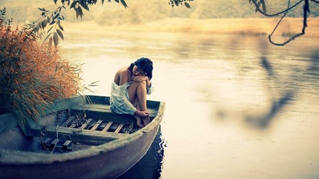 Quên mất bản thân: Rất nhiều bạn gái sau khi yêu bỗng trở nên đổi khác, bạn nói nhiều hơn hoặc thường xuyên đi chơi với bạn trai quá muộn, thậm chí còn tỏ ra bất cần đời như lôi kéo bạn bè đi uống rượu hay nhịn ăn nếu hai người giận nhau. Dừng lại những hành động ngốc nghếch này sớm nhé, bạn cần yêu thương bản thân mình trước thì người khác mới có thể yêu bạn.