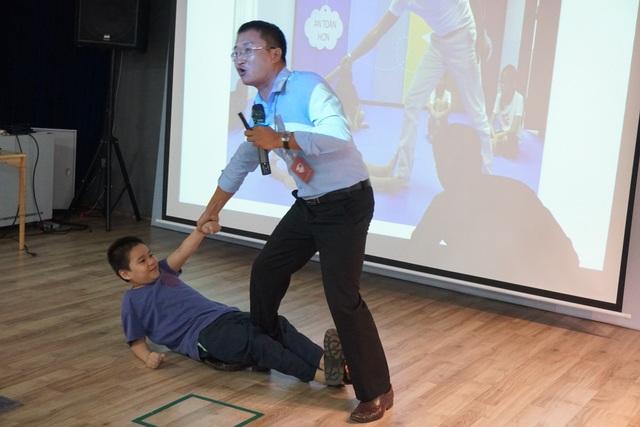 Dạy trẻ em mẹo thoát hiểm bằng cách giãy giụa, la hét và đạp mạnh vào chân kẻ xấu khi bị xâm hại.