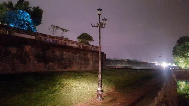 Các cột đèn gang thép ở đường đi bộ quanh Hoàng Thành sẽ được thay mới bằng cột đèn bê tông hoa văn cổ dùng đèn LED