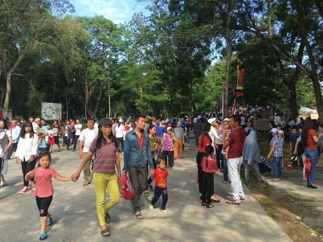 Người dân và du khách nườm nượp hướng về Khu di tích quốc gia đặc biệt Lam Kinh.