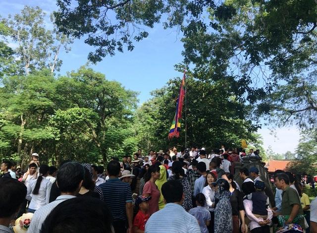 Dòng người chen chúc nhau qua cầu Bạch vào trong khuôn viên Chính điện Lam Kinh.