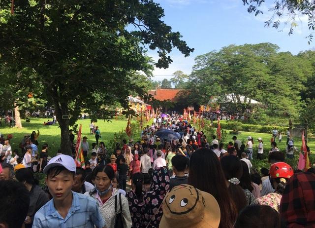 Con đường hướng vào cửa Ngọ môn chật cứng người dân và du khách.