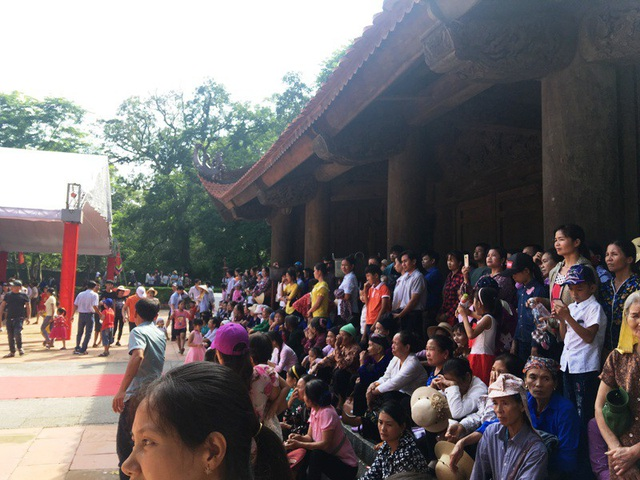 Người dân và du khách xem chương trình tổng duyệt.