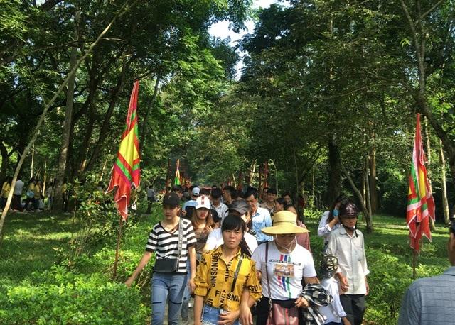 Dòng người đông kín trên các ngả đường trong khuôn viên di tích Lam Kinh.