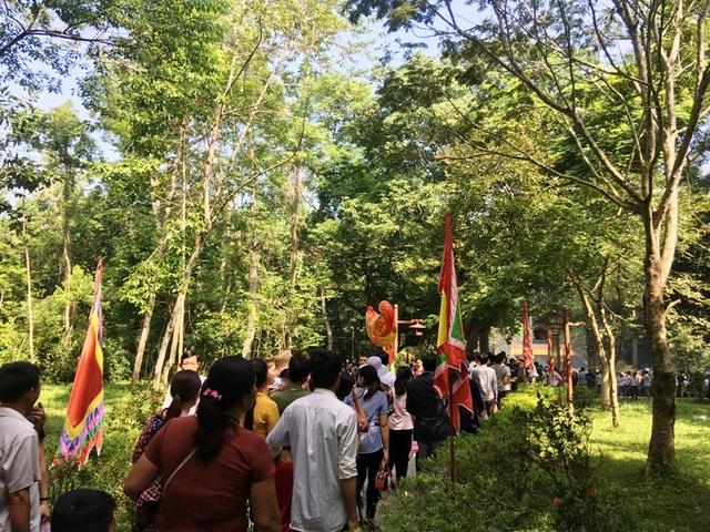 Người dân và du khách hướng về mộ vua Lê Thái Tổ để dâng hương.