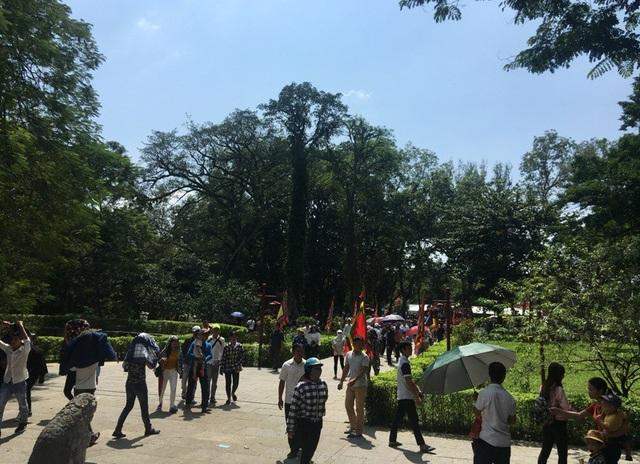 Mặc dù trời càng về trưa càng nắng, nhưng du khách vẫn nườm nượp hướng về khu vực sân Rồng và Chính điện Lam Kinh.