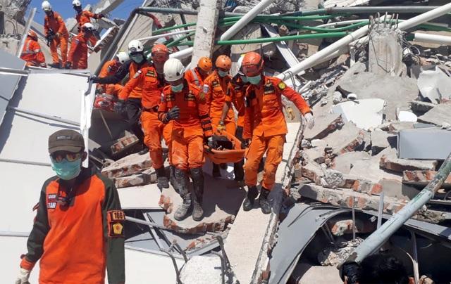 Lực lượng cứu hộ đưa nạn nhân ra khỏi đống đổ nát sau trận động đất tại Indonesia (Ảnh: Reuters)
