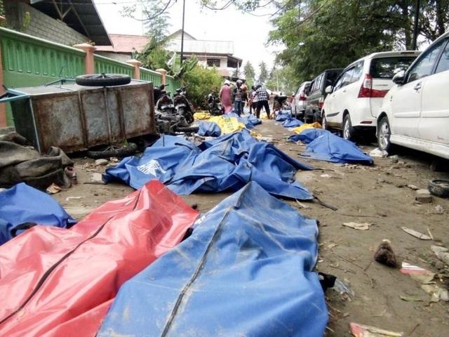 Thi thể người thiệt mạng được đặt trên phố do các bệnh viện đã bị tàn phá nghiêm trọng (Ảnh: Reuters)