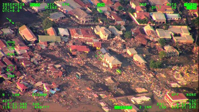 Khung cảnh đổ nát từ trận động đất, sóng thần (Ảnh: Reuters)