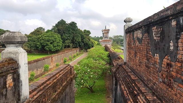 Vòng Hoàng Thành (bên phải) ngăn cách khu vực dành cho các quan dân bên ngoài và khu vực hoàng gia của vua nằm bên trong