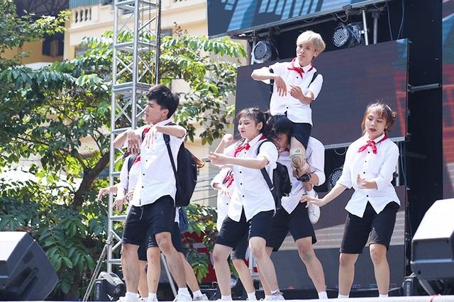 Nhóm nhảy mang tên Khét Crew trình diễn kĩ thuật chồng người điêu luyện