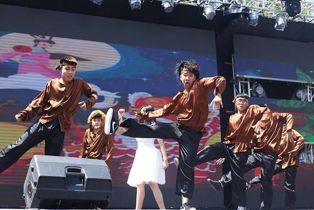 Đội thi cuối cùng mang tên Warrior vào vai các chú cuội, chị Hằng, tái hiện không khí của lễ hội Trung thu mới diễn ra cách đây 1 tuần.