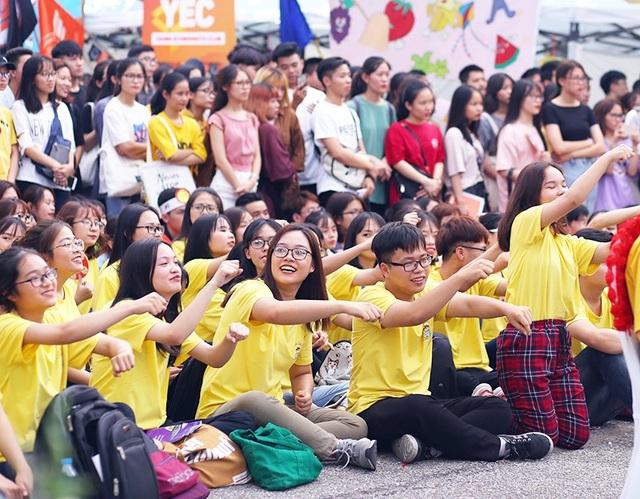 Các khán giả cũng vô cùng sôi động, truyền lửa đến các nghệ sĩ đang thi đấu, biểu diễn trên sân khấu.