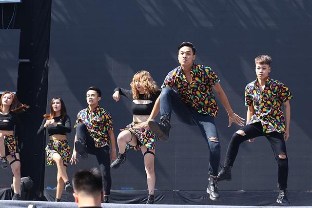 ACE Crew - UTCs Dancing Club là đội nhảy trực thuộc trường Đại học Giao thông Vận tải, mở màn buổi thi với những vũ đạo nhí nhảnh, sôi động.