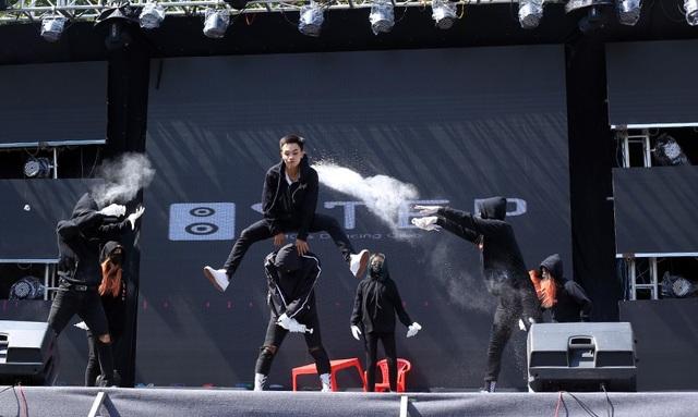 Nhóm nhảy Step Crew đến từ Đại học Mỏ - Địa chất mang tới phong cách hiện đại với nhiều thể loại đa dạng cũng như sức sáng tạo nổi bật.