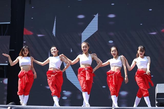 Vẻ đẹp quyến rũ, khỏe khoắn của các dancer nữ tham gia giải đấu