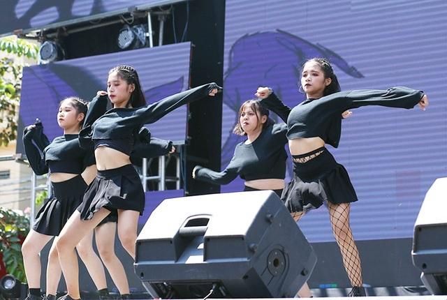 Các dancer nữ cá tính, nóng bỏng mang đến bước nhảy mạnh mẽ
