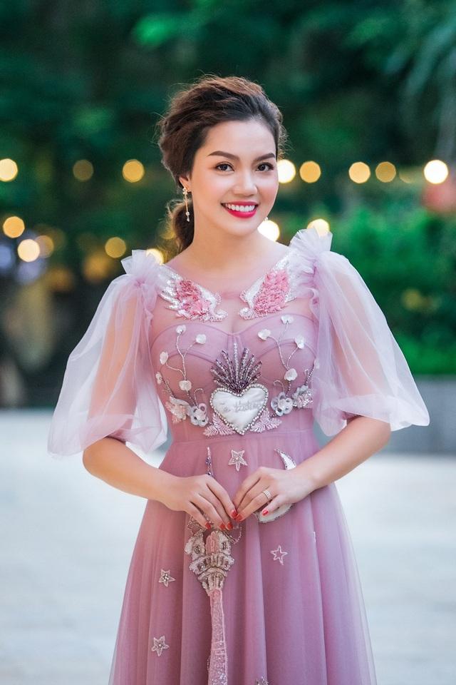 Ca sĩ Ngọc Anh có gương mặt đẹp và nụ cười duyên. Trong bộ đầm hồng bánh bèo, Ngọc Anh xinh đẹp, nữ tính.