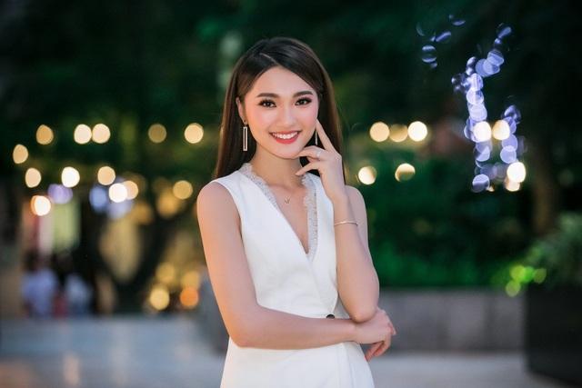 Sở hữu nụ cười má lúm có duyên, Gương mặt đẹp nhất Hoa hậu Hoàn vũ Việt Nam 2017 Ngọc Nữ gây ấn tượng với người đối diện.