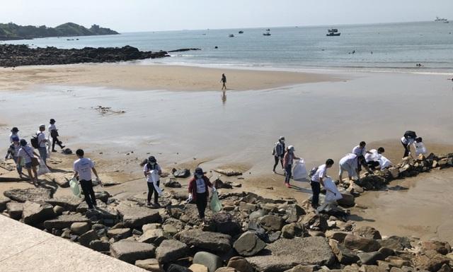 Các bạn trẻ đi nhặt rác dọc bờ biển trong chương trình Ngày Quốc tế làm sạch Bờ biển 2018