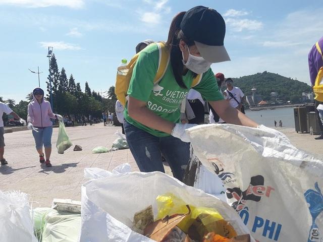 Hàng trăm sinh viên, đoàn viên, nhân viên tham gia nhặt rác bờ biển - 2