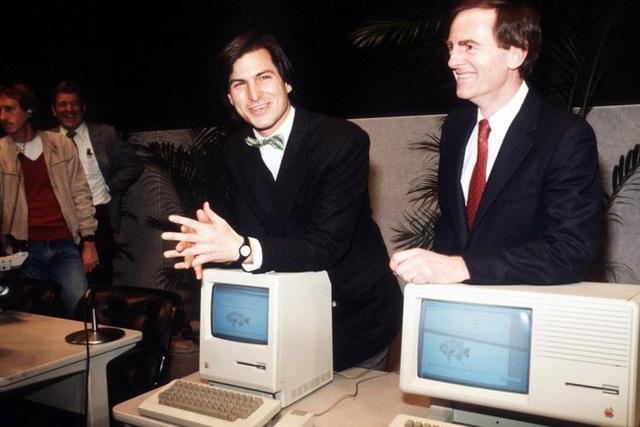 Steve Jobs (giữa) tại sự kiện ra mắt Macintosh mới vào năm 1984 - Ảnh: ABC.