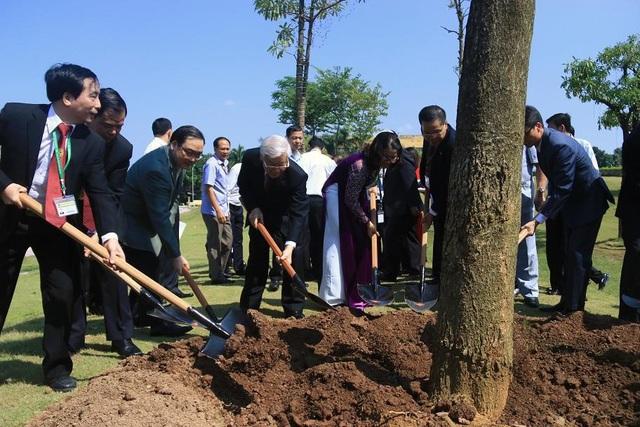 Tổng Bí thư trồng cây lưu niệm tại khu vực Quảng trường sinh viên của Học viện.