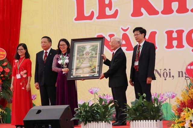 Tổng Bí thư Nguyễn Phú Trọng tặng tranh Khuê Văn Các cho Học viện Nông nghiệp Việt Nam.
