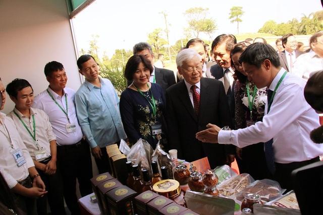 Tổng Bí thư tham quan Khu trưng bày các sản phẩm nông nghiệp công nghệ cao.