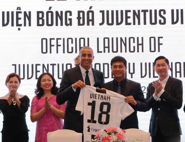 Cựu danh thủ David Trezeguet và cựu HLV đội tuyển quốc gia Nguyễn Hữu Thắng trong ngày ra mắt học viện bóng đá Juventus tại Việt Nam