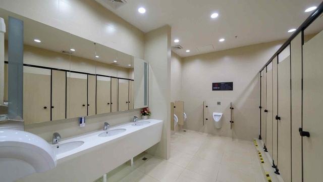 Du khách được khuyến cáo nên vào nhà vệ sinh rửa sạch tay sau khi đi qua cổng kiểm soát an ninh, tránh tình trạng bị lây lan bệnh tật