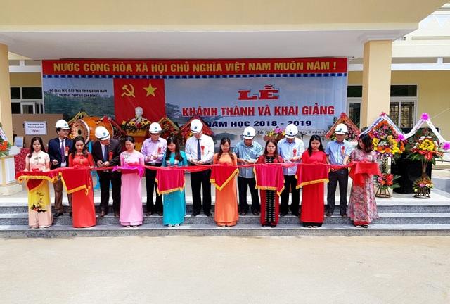 Cắt băng khánh thành trường THPT Võ Chí Công ở vùng biên giới huyện Tây Giang, Quảng Nam