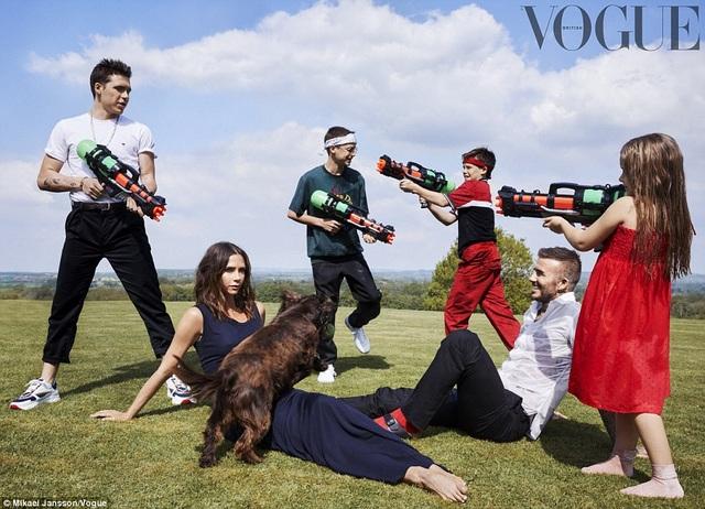 David và Victoria Beckham kỷ niệm 19 năm ngày cưới bằng chùm ảnh trên tạp chí Vogue bên 4 đứa con của mình