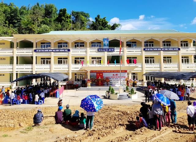 Các em học sinh THPT ở vùng biên giới có ngôi trường khang trang để học