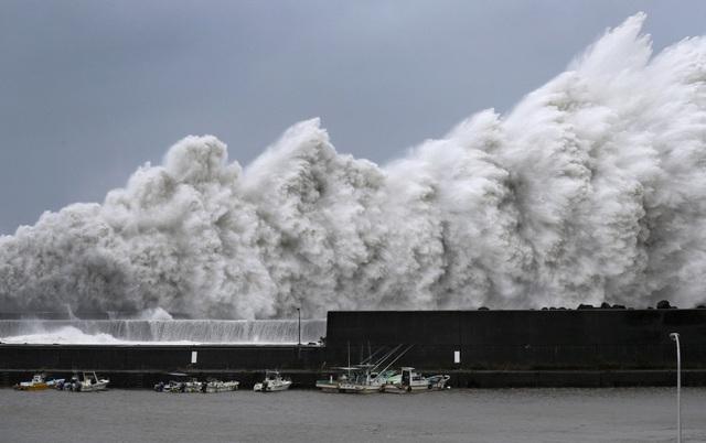 Siêu bão Jebi đổ bộ vào Nhật Bản từ rạng sáng nay 4/9 kèm theo mưa lớn và tạo ra các đợt sóng cao nhất kể từ năm 1961 ở một số khu vực duyên hải phía tây Nhật Bản. (Ảnh: Reuters)