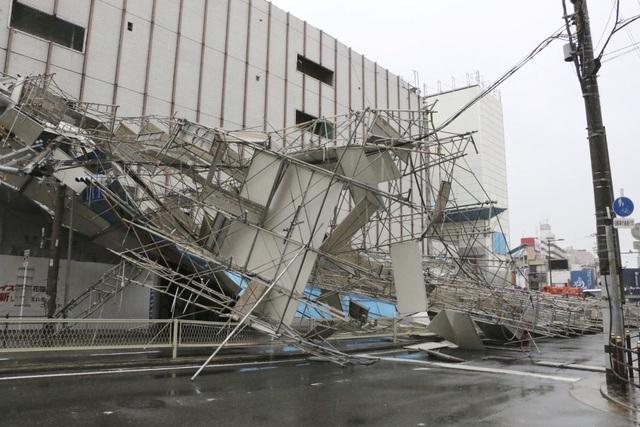 Trong khi đó, khoảng 177.000 người ở khu vực phía Tây Nhật Bản rơi vào cảnh mất điện. (Ảnh: Reuters)